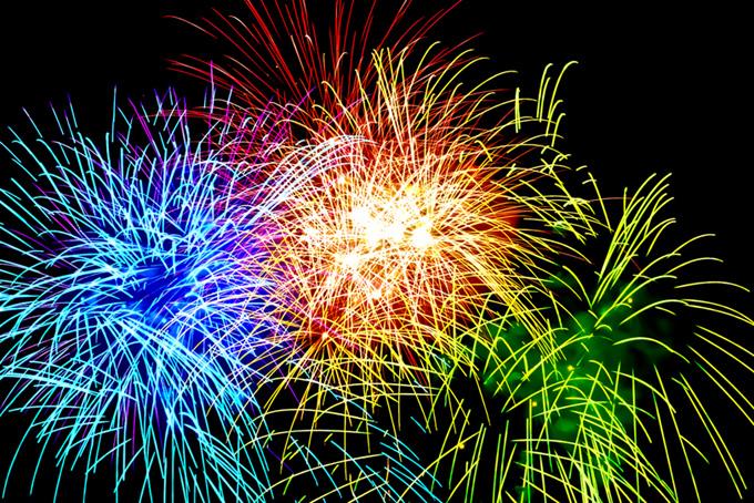 光が飛び散る夏の花火の背景素材(花火 フリーの画像)