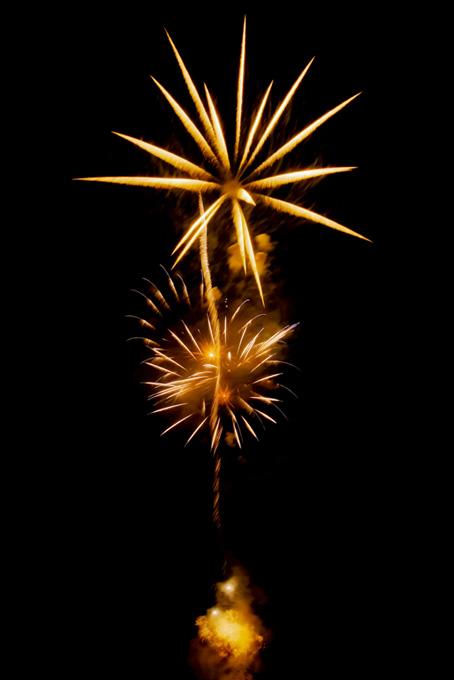 盛夏の夜空に輝く花火
