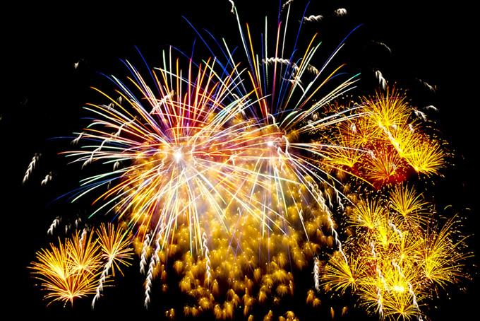 カラフルな花火の花火大会の背景