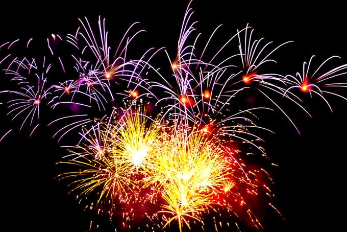 彩り豊かな花火の花火大会の背景