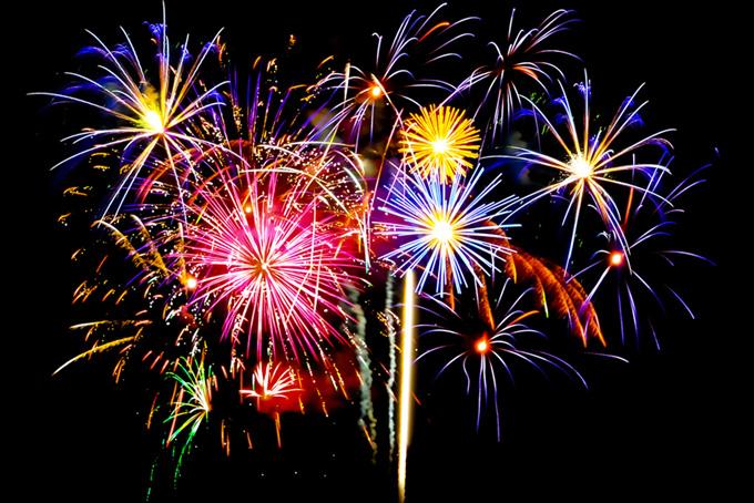 キラキラと光る花火の花火大会の背景
