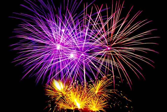 夜空を飾る花火の花火大会の背景