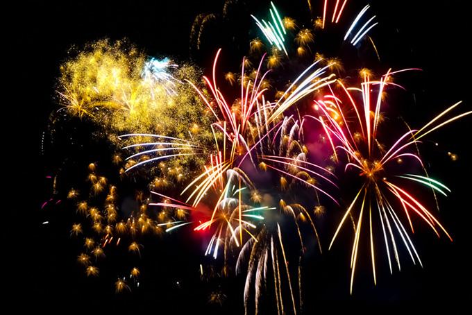 夜空を照らす花火の花火大会