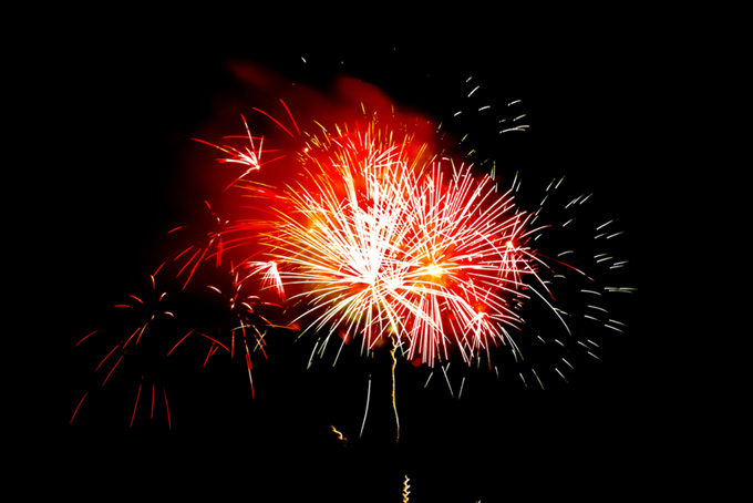 夜空に舞う花火の花火大会