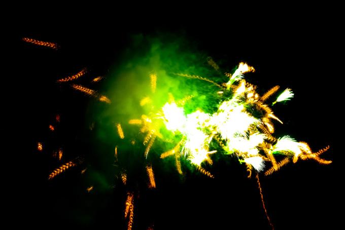 色とりどりの花火の花火大会