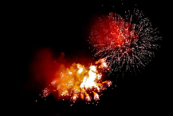 光り輝く花火の花火大会