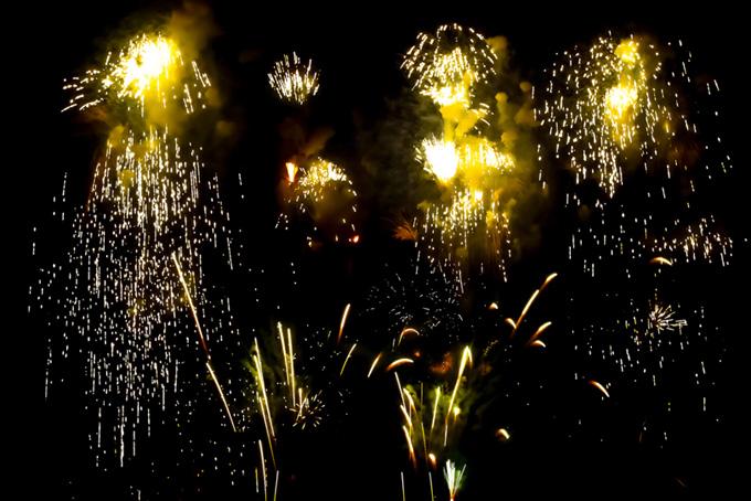 花火が夜空を照らす風景