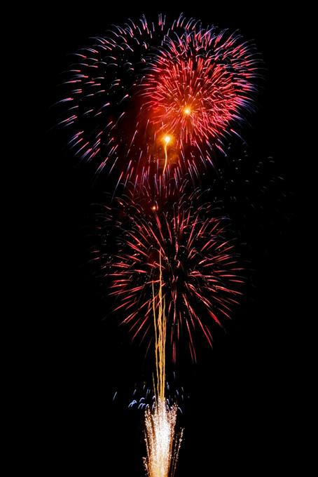 色彩の美しい花火と夜空のテクスチャ