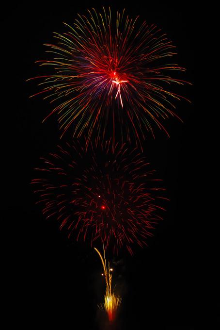 光り輝く花火と夜空のテクスチャ