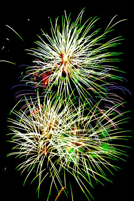彩り豊かな美しい花火の風景