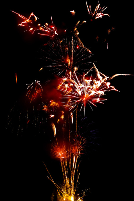 夏の夜空と華やかな打上げ花火