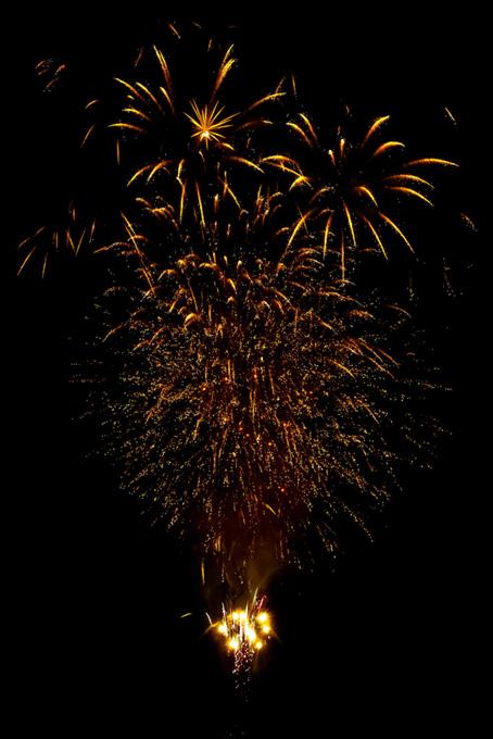夏の夜空と輝く打上げ花火