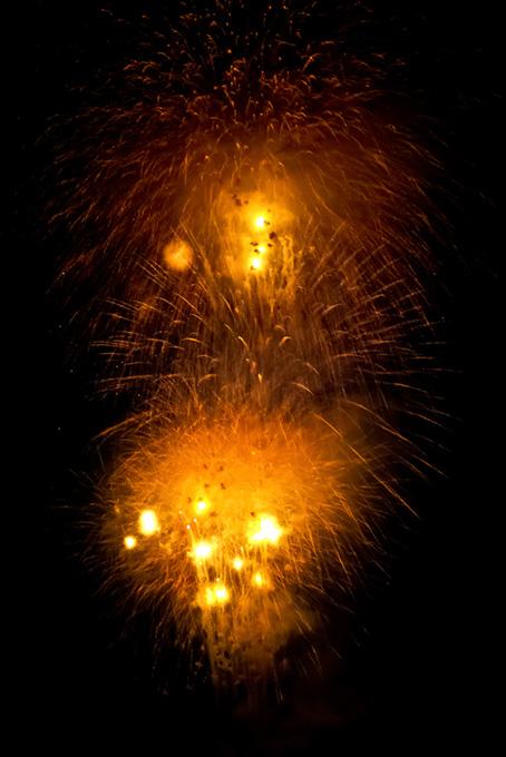 夏の夜空に輝く打上げ花火