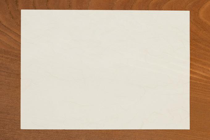机の上に置かれた白い紙