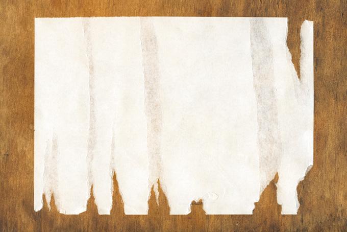 縦に剥がされた紙と板