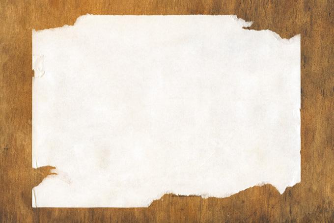 四辺を剥がされた紙と板