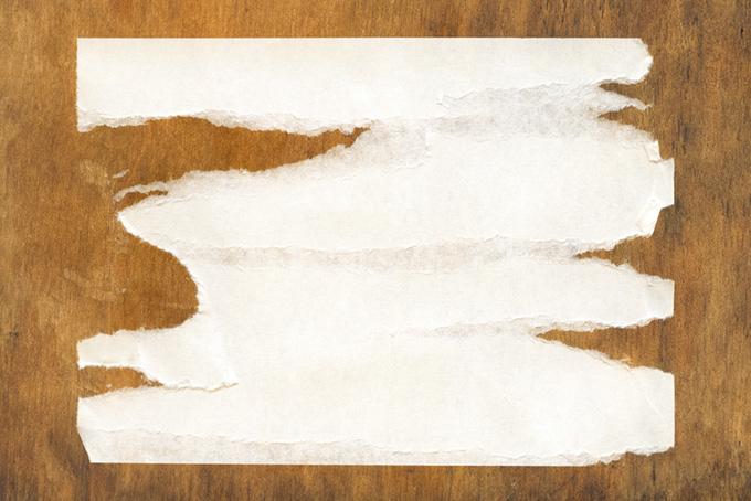横に剥がされた紙と板