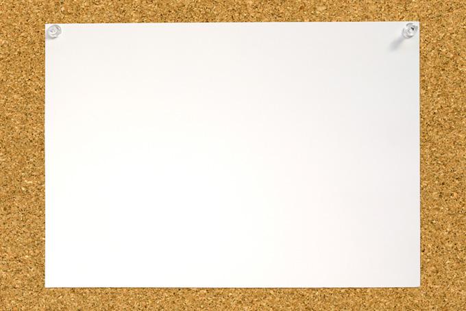 コルクボードと白い紙