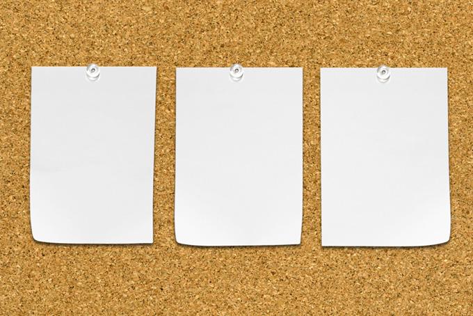 三枚の白い紙を留めたコルクボード