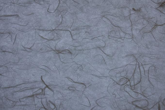 雲竜模様が入った鼠色の山根和紙