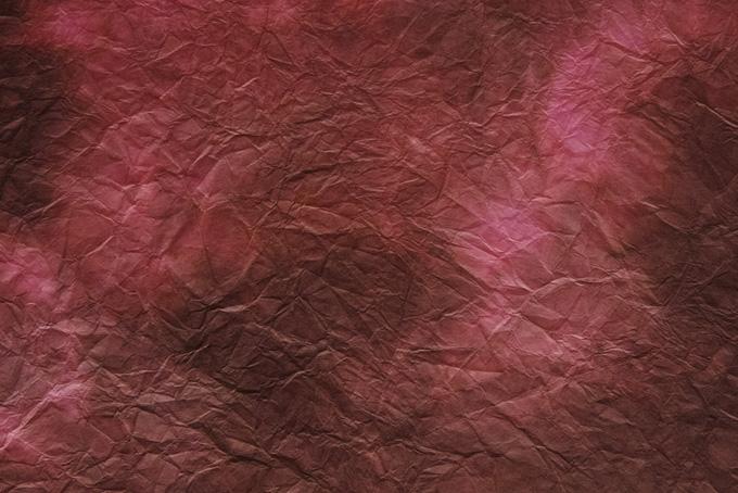 揉みが入った暗いピンクの斑色和紙