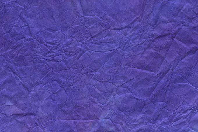 揉み染めした鮮やかな青紫色の和紙