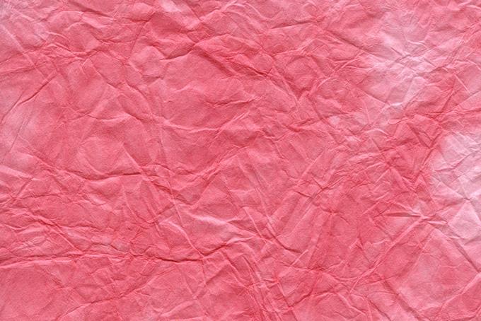 斑に染めたピンク色の揉み和紙