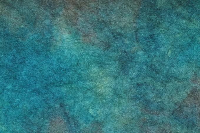 斑のある孔雀青の絞り染め和紙