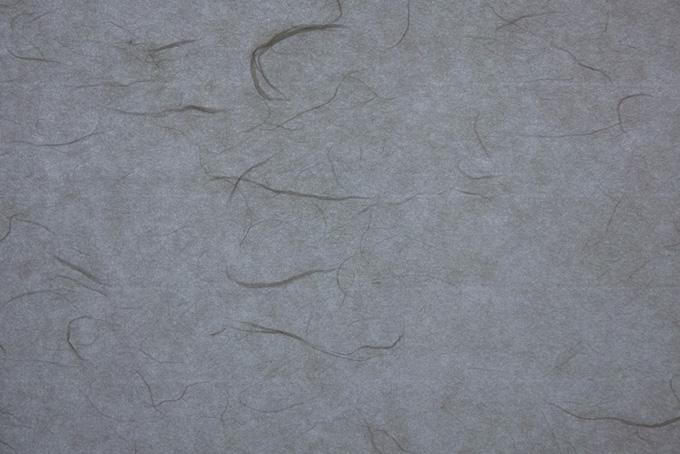 繊維と斑のある錫色の和紙