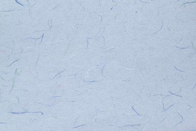 色付き楮が入った青藤色の和紙
