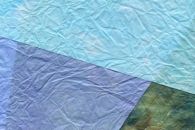 寒色系の揉み染め和紙の背景のテクスチャ