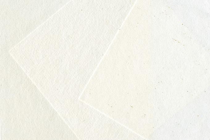 白く薄い和紙を重ねた和風の背景のテクスチャ