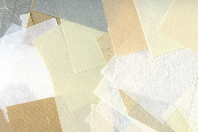 四角い和紙を何枚も重ねた背景のテクスチャ