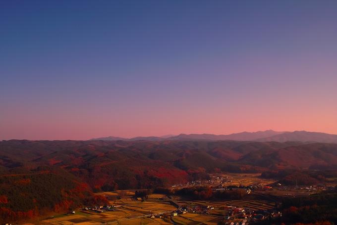 郷愁を呼び起こす山里の夕暮れ