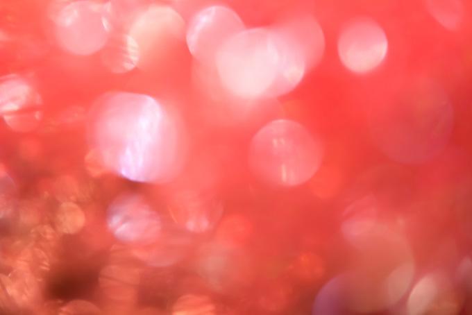 揺れる赤い花のような光