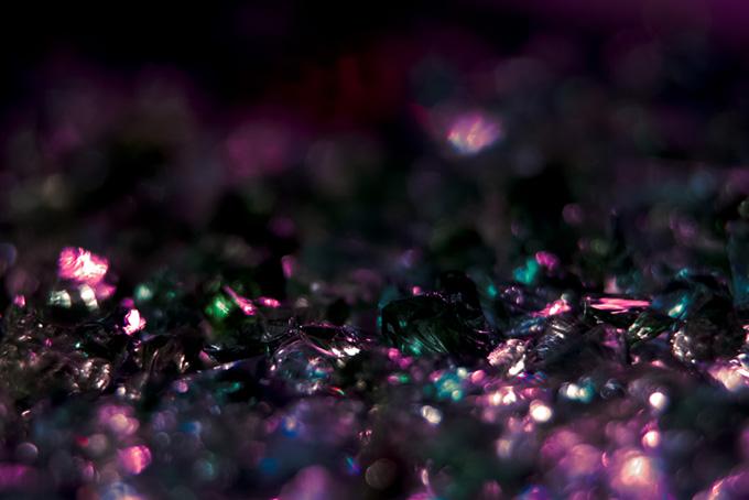 反射するピンクの光
