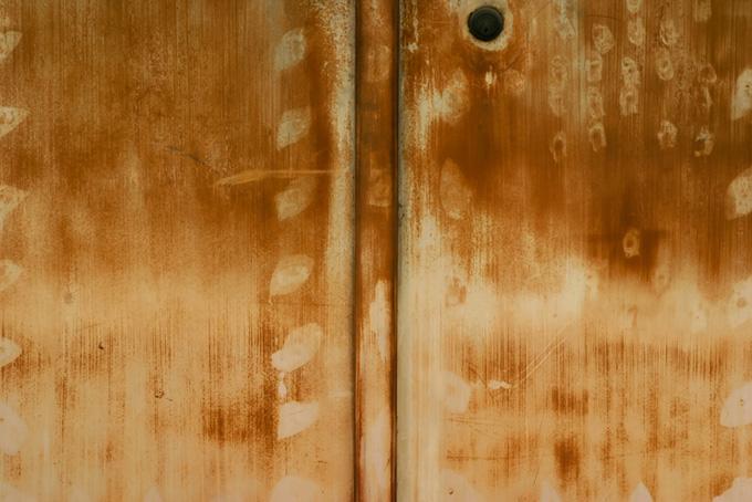 茶色く腐食した鉄のドア