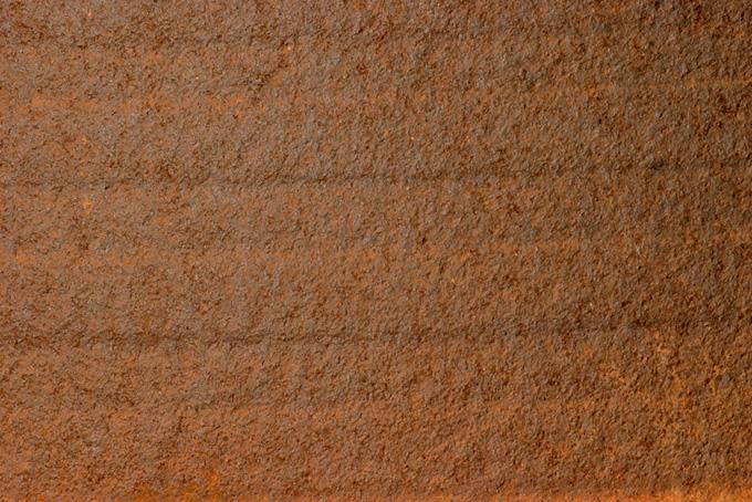 茶色いサビが覆う金属の表面