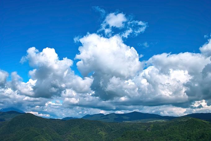 爽やかな緑濃い夏の山の背景(山 フリーの画像)
