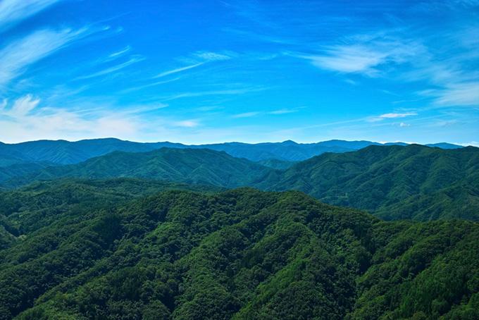 青い空に緑あふれる山々の画像