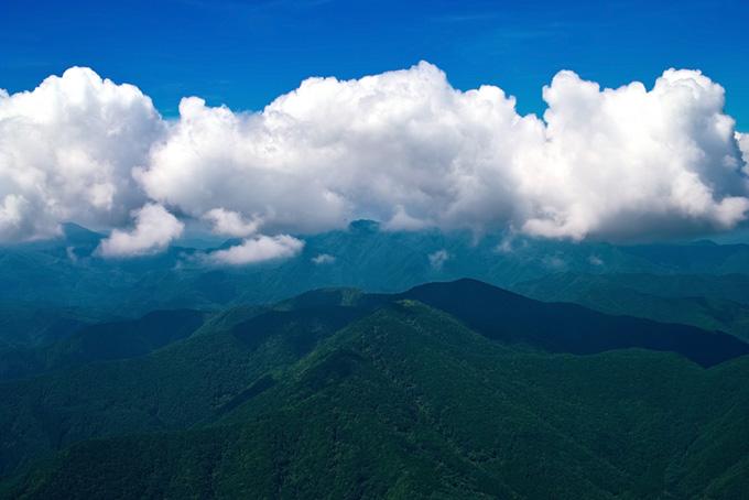 山の上に大きな雲がかかる写真(山 フリーの画像)