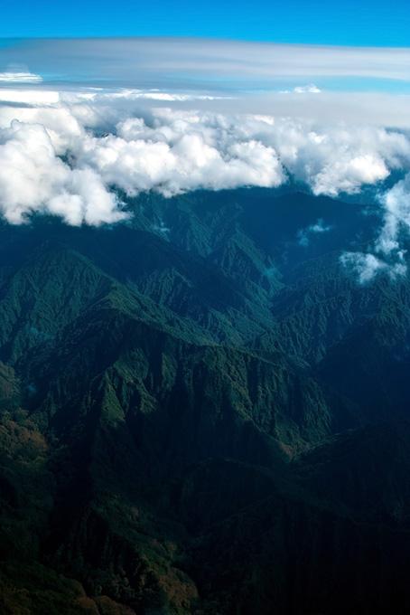 雲冠る高く連なる神秘的な山々