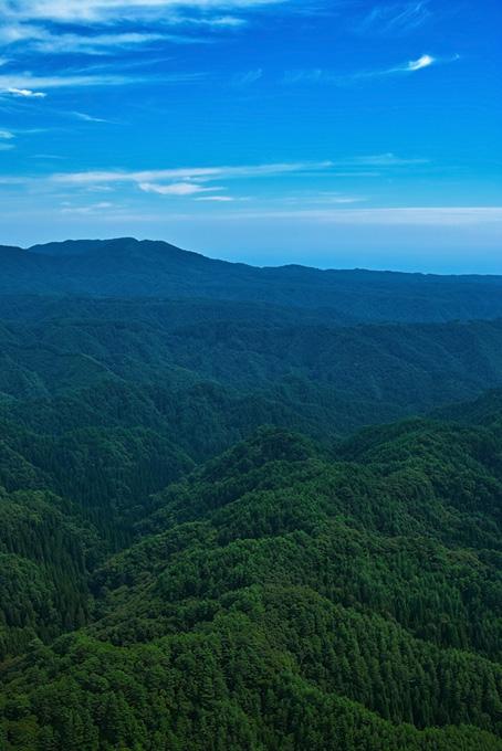 深い山の向こうに見える青空