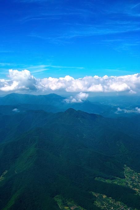 山麓の人里と雄大な山々