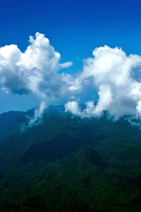 山巓に流れる白雲