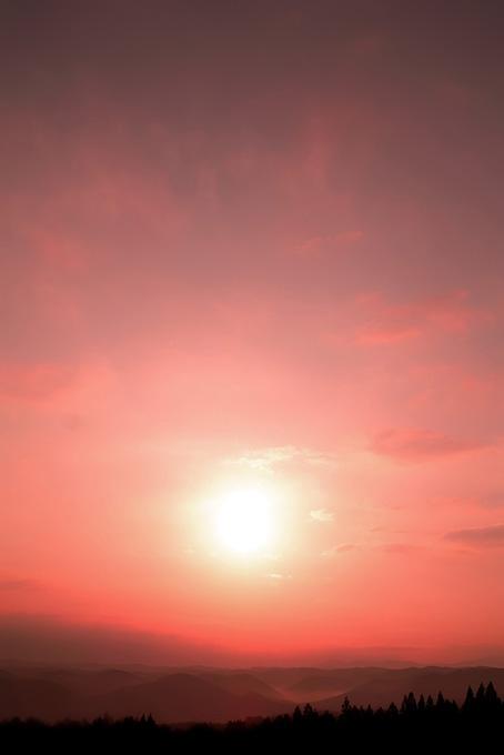 郷愁を呼ぶ山に落ちる夕陽