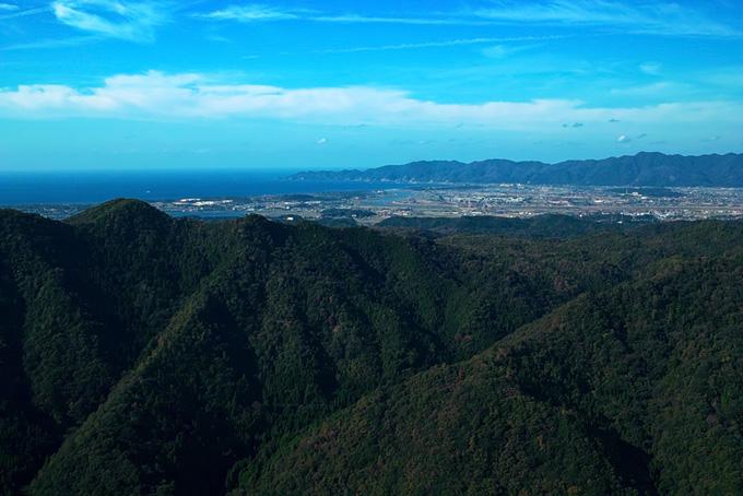 山並みの向うの海辺の町(山 フリーの画像)