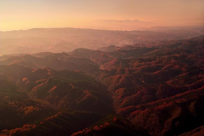 夕暮れに霞む秋の山の画像