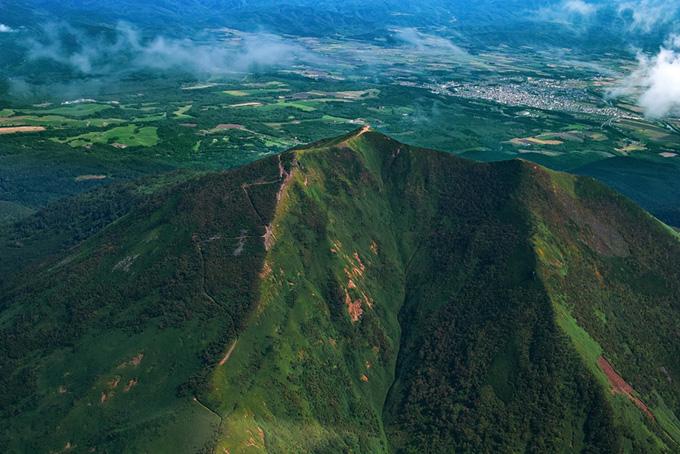 高山の頂きから望む平野の風景(山 フリーの画像)