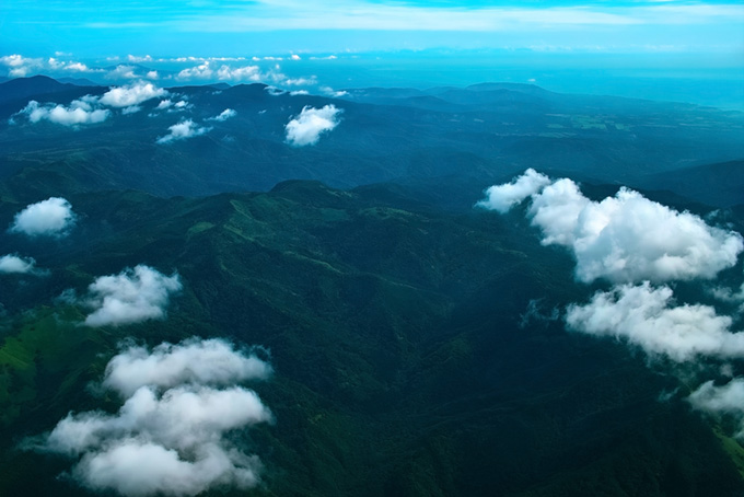 雲の上から眺める広大な景色